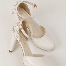 Honey Salon Flower Pumps (White)